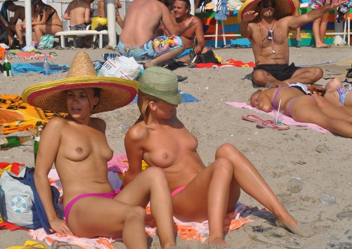 https://sexyna.org/wp-content/uploads/2019/05/Nahé-holky-na-pláži-61.jpg