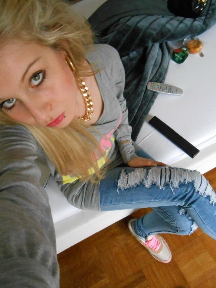 Hubená blondýnka kouření